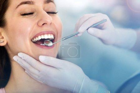 Photo pour Femme ayant des dents examinées chez le dentiste - image libre de droit