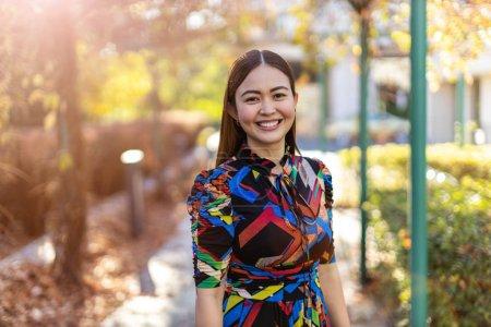 Foto de Una joven atractiva y feliz al aire libre - Imagen libre de derechos