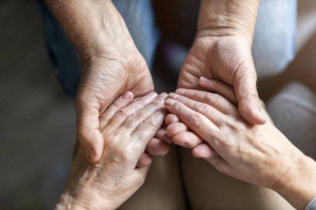 Photo pour Gros plan du Couple de personnes âgées main dans la main - image libre de droit