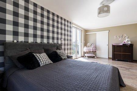 Photo pour Tournage d'un lit king-size et d'un berceau dans une chambre moderne - image libre de droit