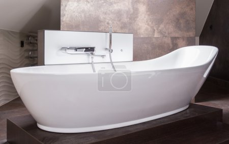 High-gloss white bathtub