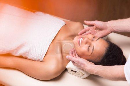 Photo pour Femme visage récepteur massage au spa de luxe - image libre de droit