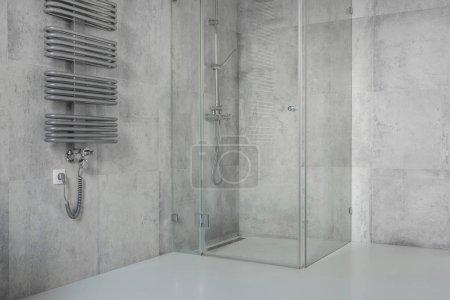 Foto de Baño amplio, moderno, minimalista con baldosas de hormigón y cabina de ducha de vidrio - Imagen libre de derechos