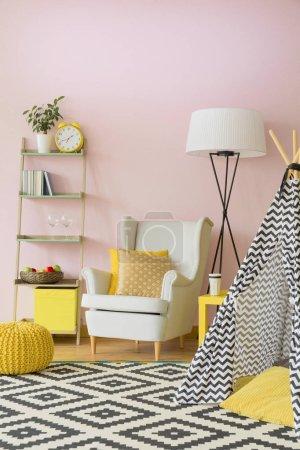 Photo pour Salon Pastel avec fauteuil, lampe, étagère et tente - image libre de droit