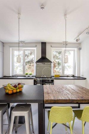 Photo pour Cuisine moderne et légère avec deux tables différentes - image libre de droit