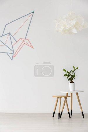 Foto de Decoración gráfica simple de origami en interior en blanco minimalista - Imagen libre de derechos