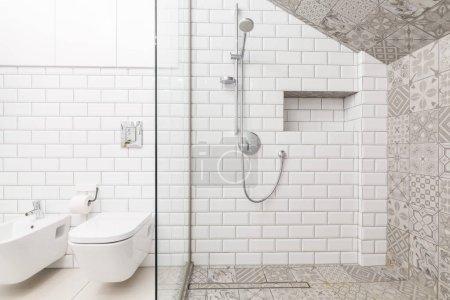 Photo pour Tuiles sur le mur dans salle de bain de luxe beige - image libre de droit