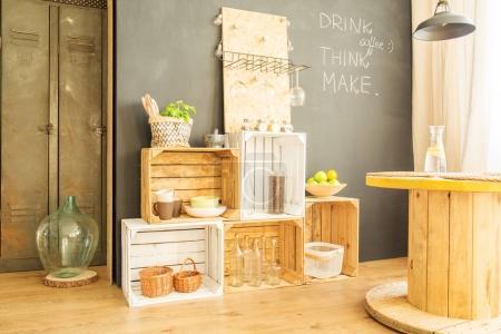Photo pour Caisses en bois avec bouteilles et plaques contre le mur du tableau noir - image libre de droit