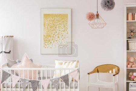 Photo pour Affiche sur le mur blanc dans un confortable coin bébé neutre pour le genre - image libre de droit