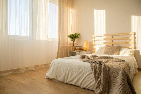 Photo pour Chambre à coucher hipster lumineuse avec lit en bois upcycled - image libre de droit
