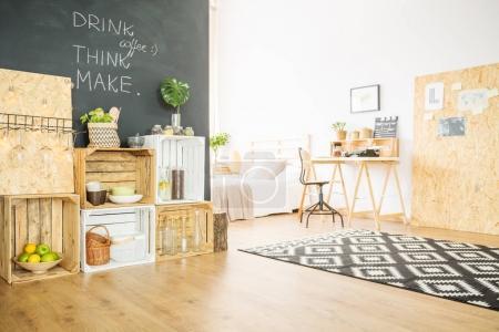Photo pour Appartement hipster recyclé avec meubles en bois bricolage et tableau noir - image libre de droit