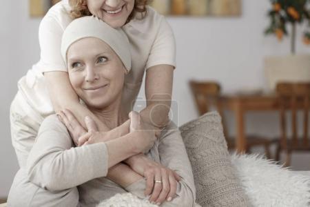 Photo pour Membre de la famille soutenant la femme malade pendant le traitement de chimiothérapie - image libre de droit