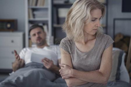 Photo pour Femme offensée et triste se sentant mal après s'être disputée avec son mari - image libre de droit