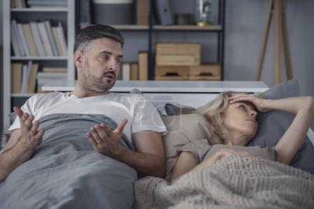 Photo pour Épouses fatiguées se disputant en parlant dans la chambre le soir - image libre de droit