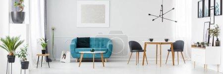Foto de Blanco, simple en estilo escandinavo con plantas, carteles y pintura plata - Imagen libre de derechos