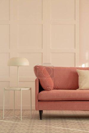 Photo pour Canapé rose pastel en velours à la mode dans le salon blanc intérieur avec un design tendance - image libre de droit