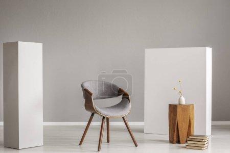 Photo pour Chaise élégante en bois gris dans le salon vide intérieur avec table basse en bois à la mode - image libre de droit