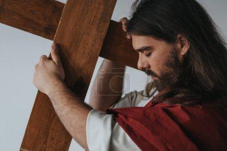Photo pour Image de Jésus portant sa croix pendant le chemin de croix - image libre de droit