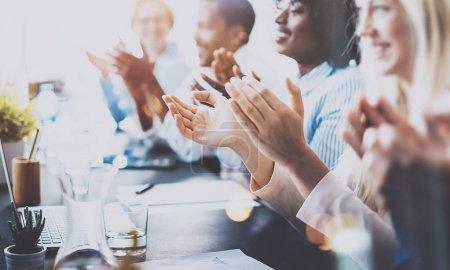 Photo pour Photo de partenaires applaudissant après le séminaire d'affaires. Concept de formation professionnelle, de réunion de travail, de présentation ou d'encadrement. - image libre de droit