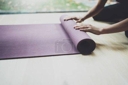 Photo pour Bouchent la vue du superbe jeune femme pratique l'yoga intérieur. Belle jeune fille préparant des tapis avec des mains pour classe de pratique. Calme et détente, le concept de bonheur féminin. Horizontal, flou fond - image libre de droit
