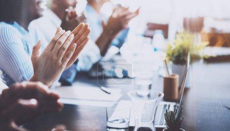 Photo pour Photo rapprochée de jeunes partenaires commerciaux applaudissant le journaliste après avoir écouté le rapport au séminaire. Concept de formation professionnelle, de réunion de travail, de présentation ou d'encadrement. - image libre de droit