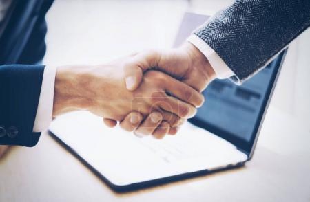 Photo pour Bouchent la vue du concept de poignée de main de partenariat commercial. Processus de handshaking photo deux homme d'affaires. Accord fructueux après la grande rencontre. Horizontal, flou fond - image libre de droit