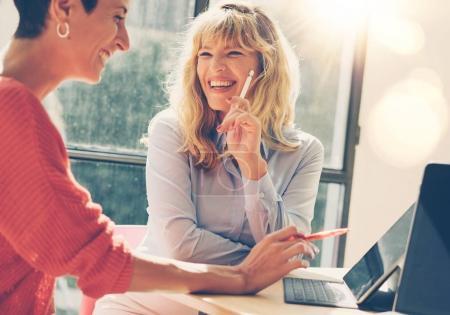 Photo pour Femmes d'affaires lors d'une réunion d'entrevue au bureau moderne . - image libre de droit