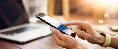 Photo pour Femme pointant sur l'écran de téléphone intelligent, bavardage dans les réseaux sociaux, réunion de site Web, la recherche Internet, l'envoi de SMS, par messagerie texte ou en ligne bancaire. Gros plan des mains des femmes avec le téléphone mobile - image libre de droit