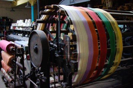 Photo pour Bobineuse pour enrouler le fil des bobines et le former en jarrets, musée textile Matlock, Royaume-Uni - image libre de droit