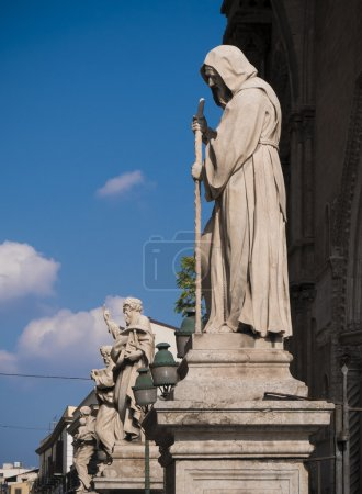 row of ancient statues at the entrance of the cathedral of Paler