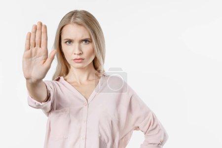 Foto de Una mujer enloquecida que deja de dar señales sobre un fondo blanco aislado - Imagen libre de derechos