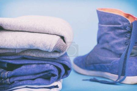 Dżinsowe ubrania i buty na kolorowym tle. Vintage.