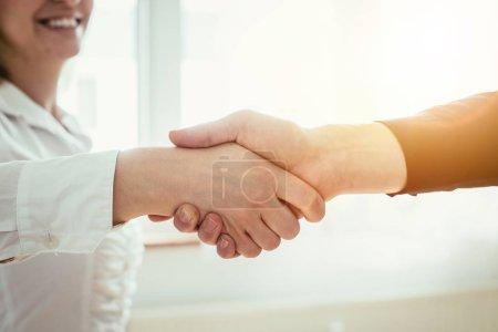 Photo pour L'homme et la femme serrent la main, regardent de près l'image, le concept des relations humaines - image libre de droit