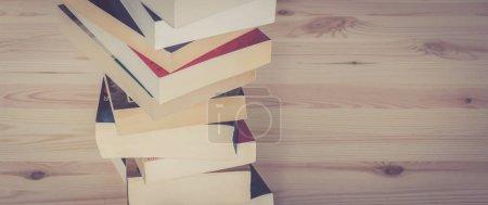 Photo pour Empilement de livres sur le fond en bois, la connaissance et la science - image libre de droit