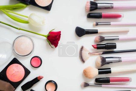 Photo pour Ensemble de brosses de maquillage et autres accessoires. Baguette à lèvres, mascara, vernis à ongles, Ombre à yeux, poudre, cils et fond de teint. Produits de maquillage sur fond blanc, vue de dessus. - image libre de droit