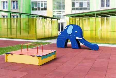 Photo pour Aire de jeux avec bac à sable et un toboggan en forme d'éléphant. Zone avec revêtement de miettes de caoutchouc - image libre de droit
