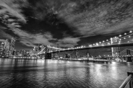 Photo pour Skyline de Manhattan et pont de Brooklyn, vue de nuit . - image libre de droit