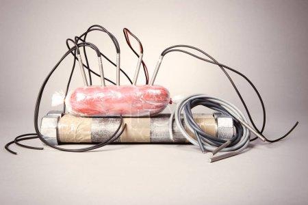 Photo pour Saisies de contrebande des explosifs plastiques et des composants de la bombe - image libre de droit