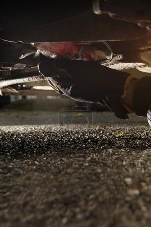 Photo pour Explosif plastique bombe sous la voiture en plein air sur la place de parking - image libre de droit