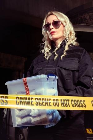 Photo pour Les policiers ont saisi beaucoup de drogue trouvée dans une voiture abandonnée avec garage mort - image libre de droit