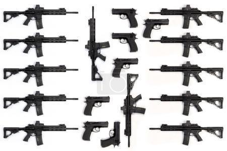 Photo pour Collection de fusils et pistolets d'assaut isolés sur fond blanc - image libre de droit
