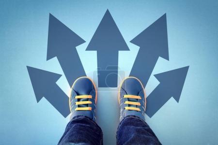 Photo pour Prendre des décisions pour le futur enfant debout avec nombreux choix de flèche de direction, gauche, droite ou aller de l'avant - image libre de droit