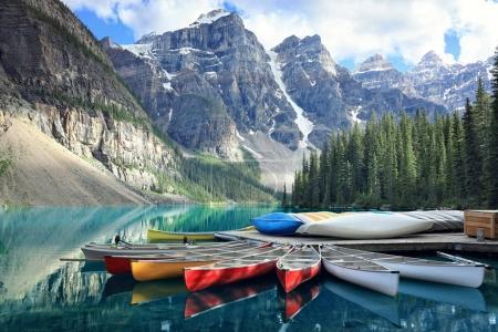 Photo pour Canots sur une jetée au lac Moraine, parc national Banff dans les Rocheuses, Alberta, Canada - image libre de droit