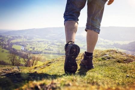 Photo pour Randonnée pédestre sur un sentier de montagne avec vue lointaine sur la campagne sous le soleil d'été - image libre de droit