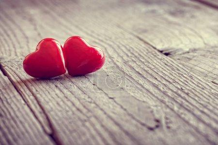 Photo pour Deux cœurs de Saint-Valentin sur un concept de fond en bois pour l'amour, la datation et la romance avec espace de copie - image libre de droit