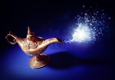 Photo pour Lampe magique de l'histoire d'Aladdin avec Génie apparaissant dans le concept de fumée bleue pour souhaiter, chance et magie - image libre de droit