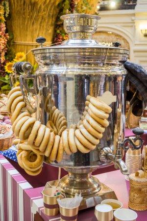 Photo pour Samovar de thé russe avec un bouquet de bagels, vertical - image libre de droit