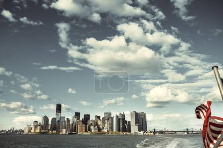 Photo pour Vue sur les toits de Manhattan à New York à partir de l'East River à New York City. - image libre de droit