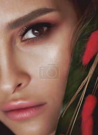Photo pour Portrait sensuel d'une femme printemps, beau visage, bouchent sur des yeux marrons, femelle, rêveuse fille avec branche d'arbre en plein air de fleurs roses et beauté naturelle. - image libre de droit