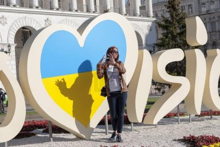 Photo pour KYIV, UKRAINE - 3 MAY, 2017: People are photographed near the Official logo of Eurovision Song Contest 2017 located on Maidan Nezalezhnosti (Independence Square) - image libre de droit